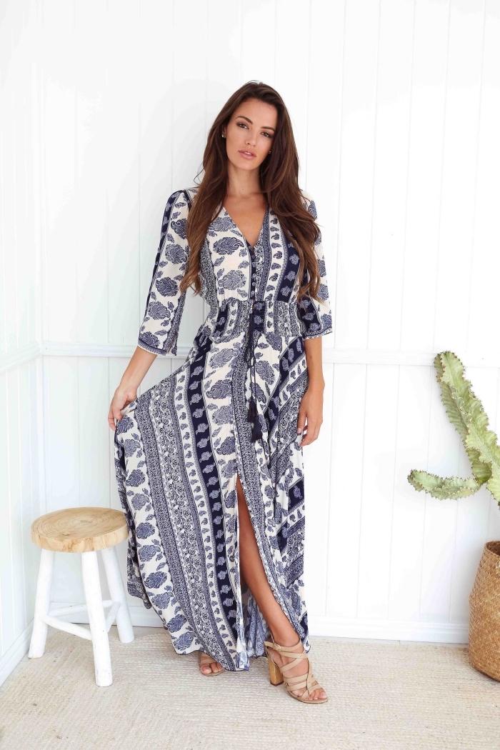 modèle de robe de plage femme aux manches mi-longue et décolleté en v, exemple de robe été en blanc et bleu marine