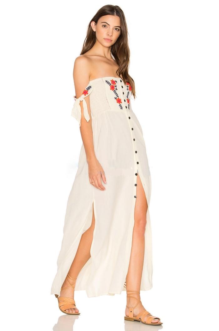 modèle robe d'été blanche avec manches tombantes à décoration broderie florale roses rouges aux feuilles noires