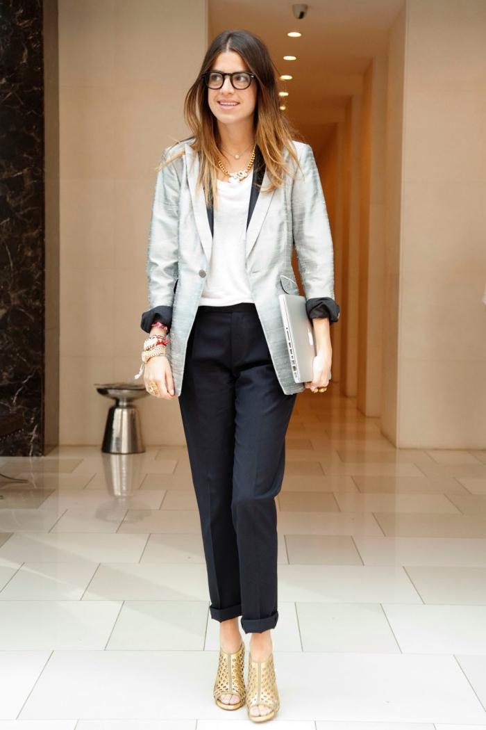 look casual smart en pantalon noir combiné avec blazer à effet gris métallique, modèle de chaussures ouvertes devant