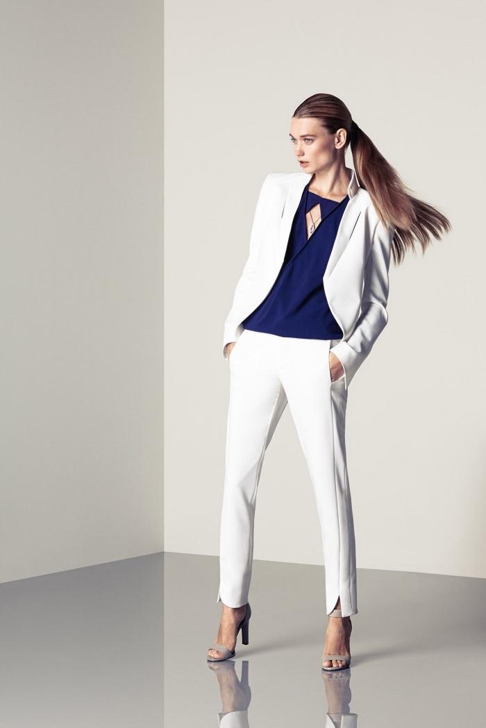 look business femme en tailleur chic blanc porté avec chemise design moderne de couleur bleu foncé et sandales