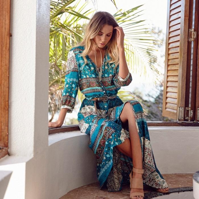 look boho chic avec robe légère été aux manches longues avec ceinture marron, robe hippie chic de couleur turquoise aux motifs marron