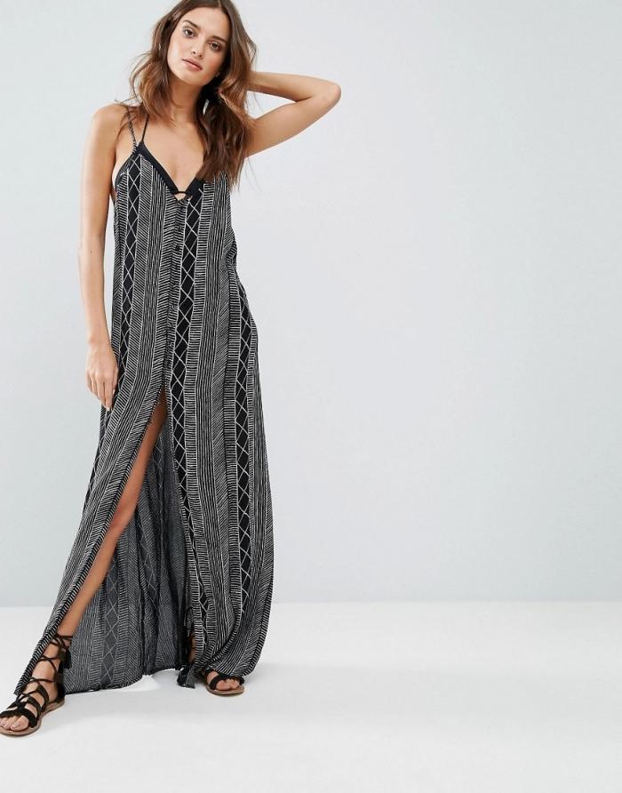 mode femme plage avec une robe longue fluide à décolleté en gris et noir combinée avec paire de sandales gladiateur noire