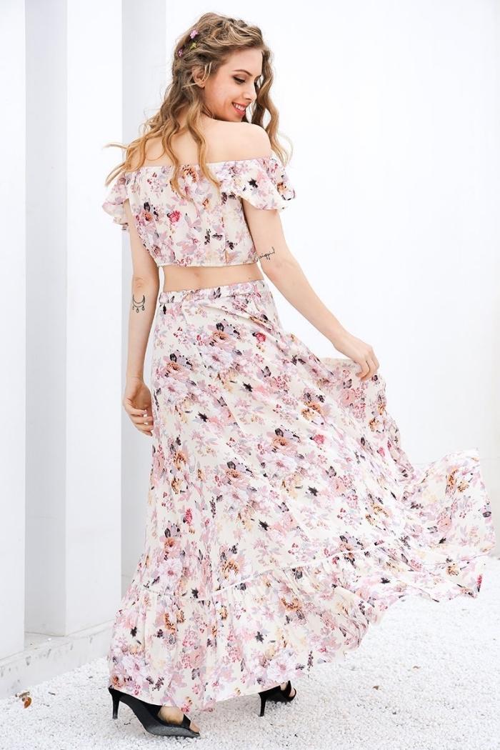 exemple de vetement de plage romantique avec une robe en deux pièces à design blanc floral et manches courtes tombantes
