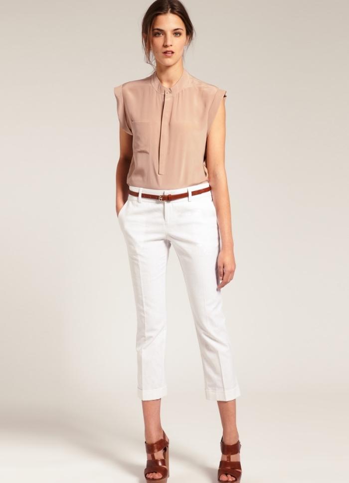 modèle de tenue décontractée chic femme avec pantalon blanc accessoirisé avec ceinture et sandales marron foncé