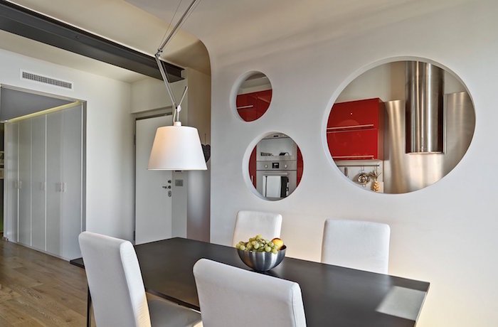 mur de séparation semi ouvert avec trous décoratifs entre séjour et cuisine