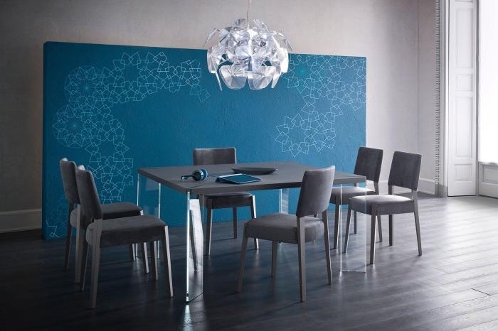 déco d'intérieur dans une salle à manger aux murs clairs et plancher foncés avec table à manger et chaises grises