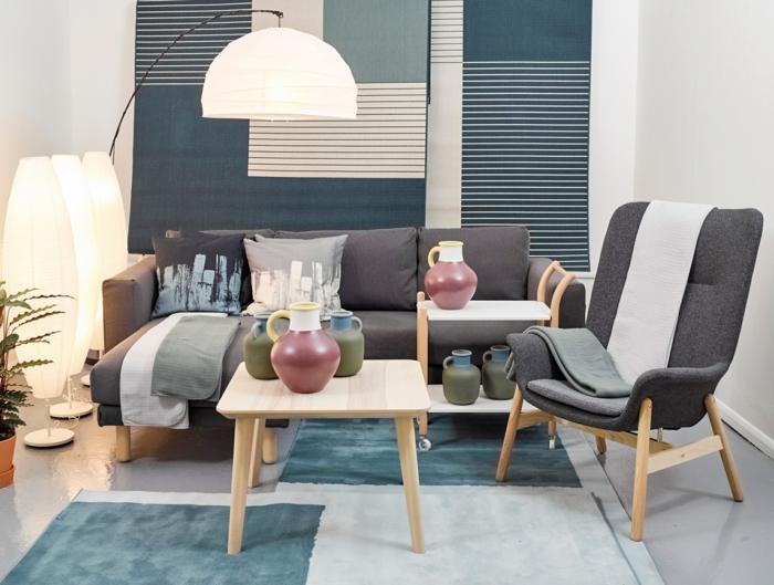 chaise grise en bois et textile, tables basses, canapé gris d'angle, petits tapis gris