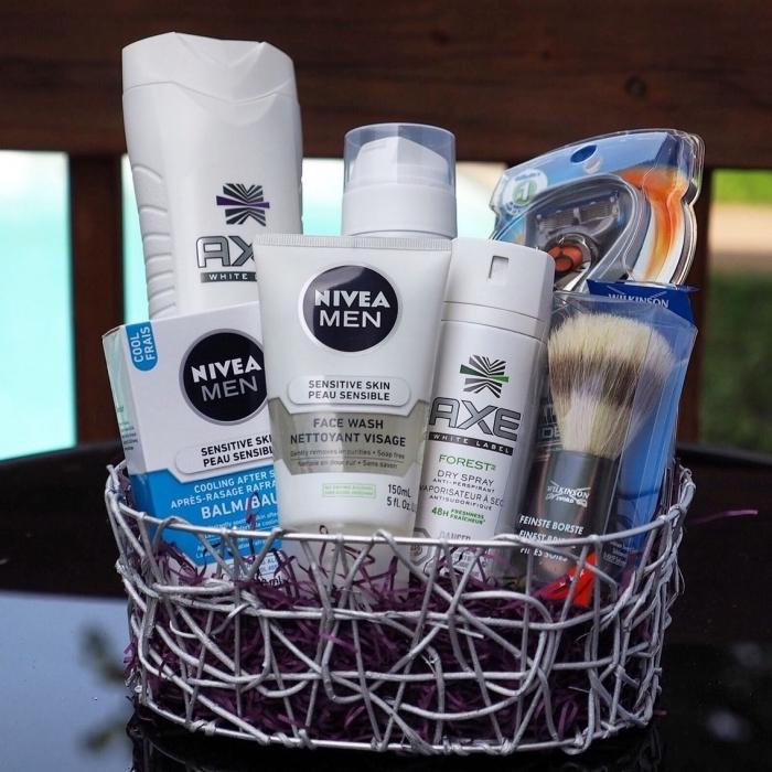 panier de produits cosmétiques pour soins beauté et hygiène d'homme comme une idee fete des peres