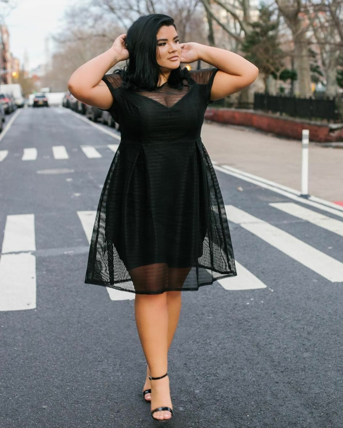 robe mi longue femme ronde, silhouette soulignée, dentelle noire au-dessus, robe pour femme avec des courbes
