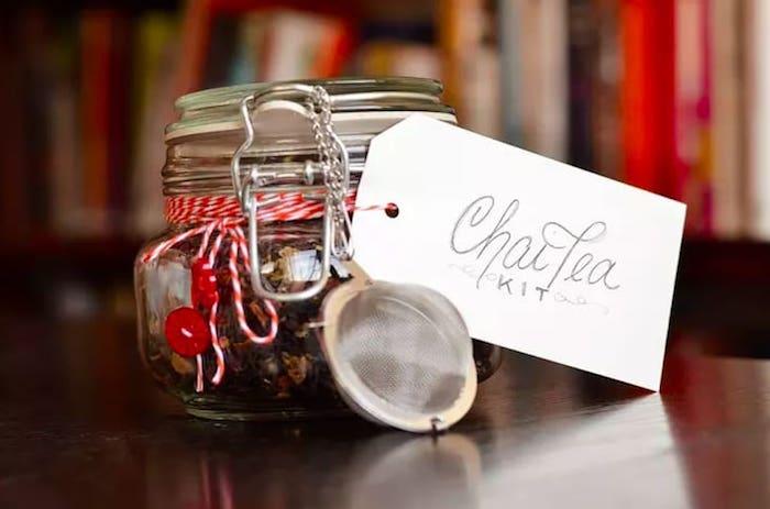 Idee carte cadeau multi enseigne cadeau impersonnel pendaison cremaillere petite boite avec cha thé chouette