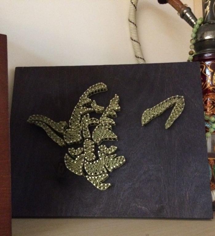 modèle d'objet décoratif fait main à partir d'une planche de bois peinte en noir avec fil en forme de Yoda de Star Wars