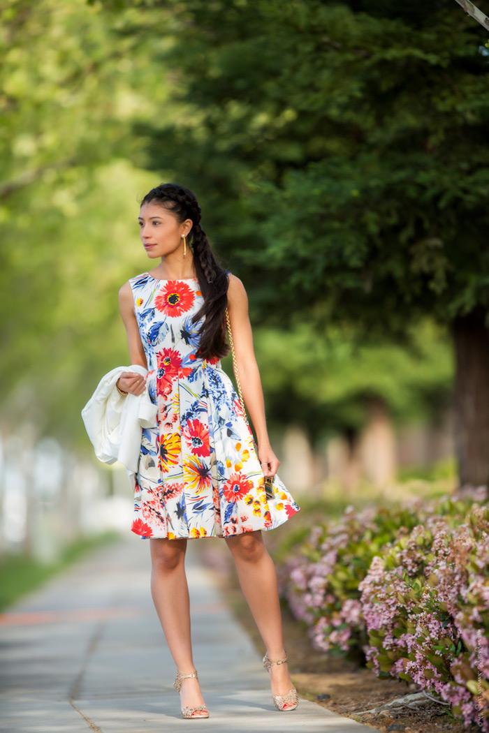 Porter une superbe tenue pour assister à un mariage robe fleurie blanche inspiration vetements