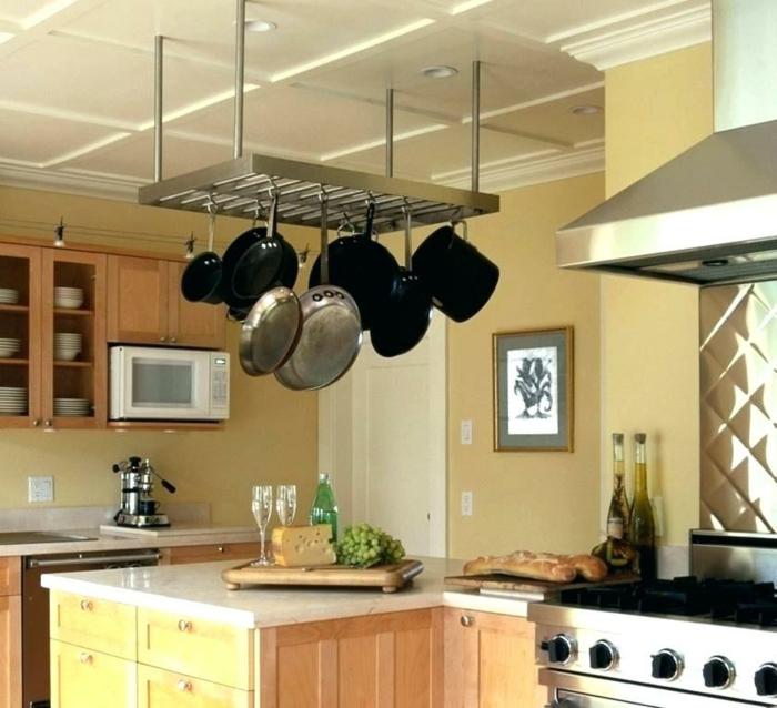 rangement placard, meuble cuisine rangement, etagere cuisine suspendue au-dessus d'un meuble pour la préparation des repas, amenagement placard cuisine