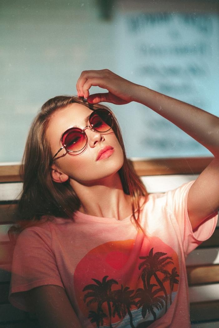 coupe de cheveux longs de base châtain foncé aux reflets soleil, maquillage naturel avec rouge à lèvres rose