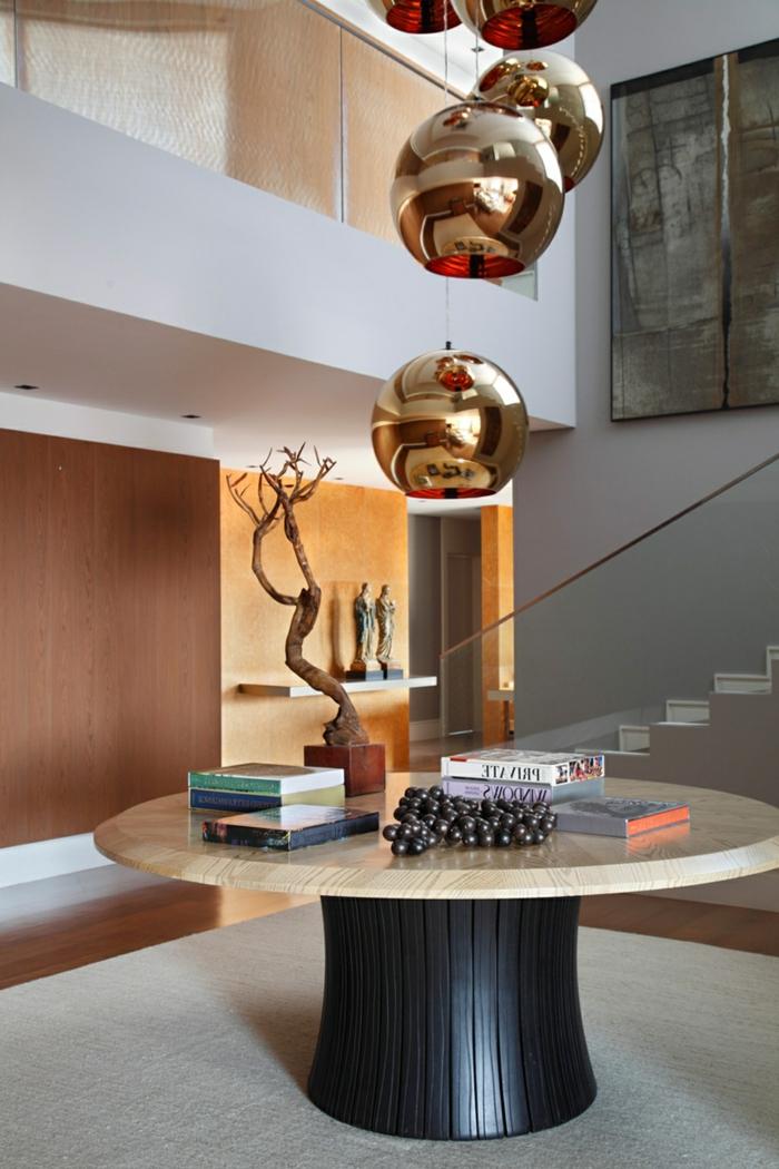 entrée contemporaine, table ronde, lampes suspendues, arbre bonzai, escalier blanc avec paroi en verre