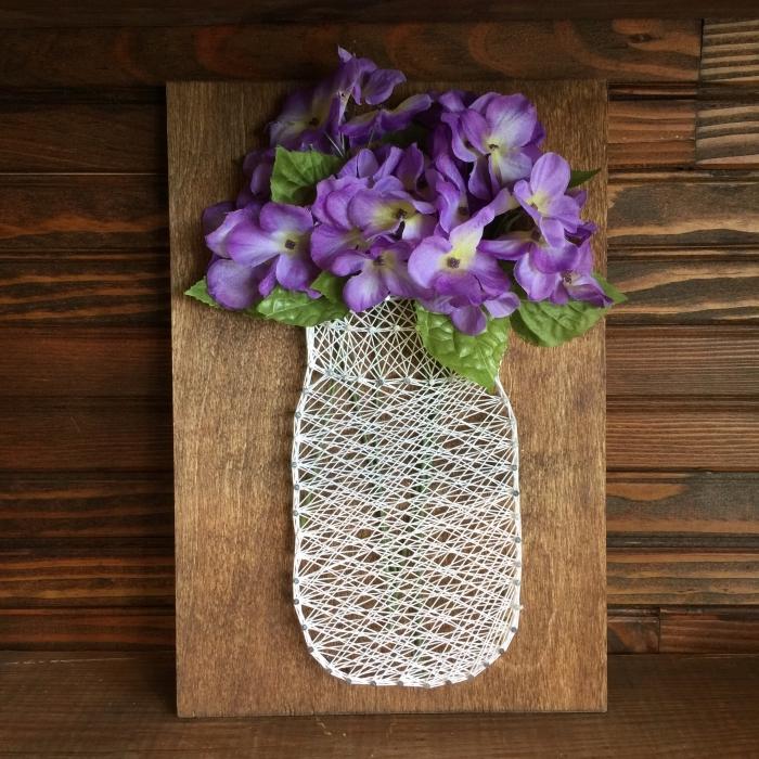 modèle de bricolage facile avec planche de bois foncé et une création en fil blanc en forme de vase avec fleurs artificielles