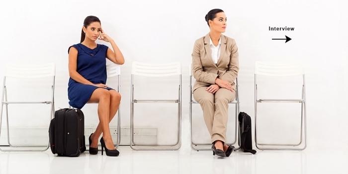 choix de tenue entretien d embauche femme en tailleur beige combiné avec chemise blanche et chaussures noires