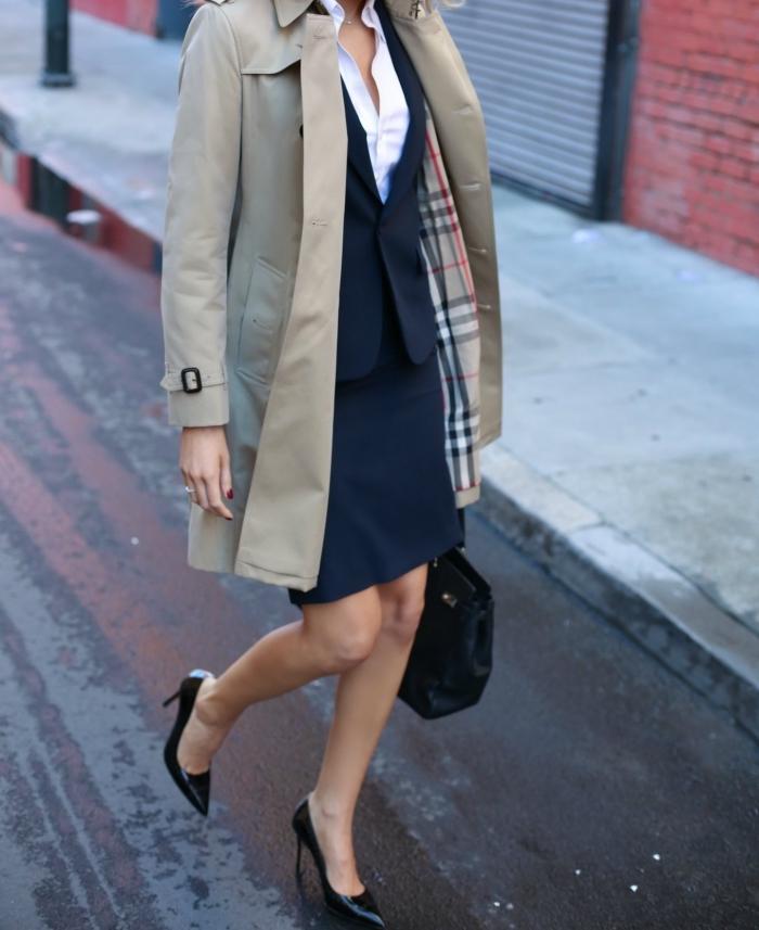 exemple de vêtement de travail professionnel avec tailleur robe et gilet bleu foncé combinés avec manteau beige