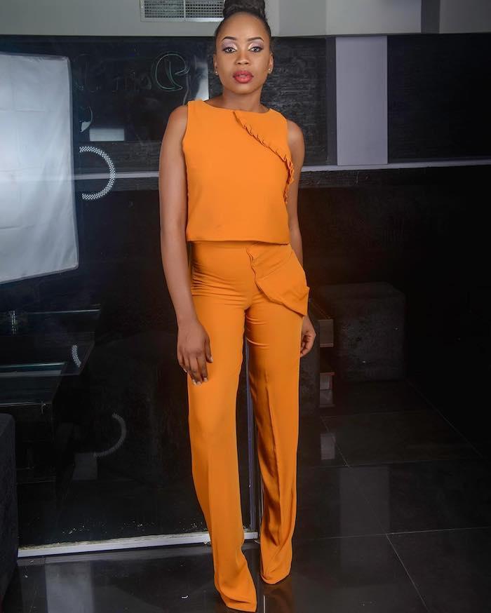 Tailleur pantalon femme chic pour mariage ootd mariage élégance féminine tailleur orange