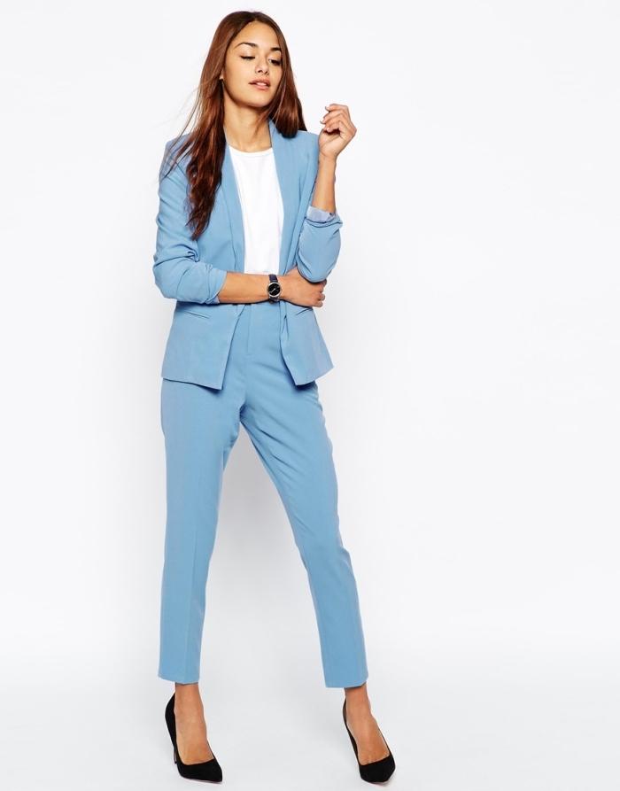 modèle de tailleur pantalon femme chic de couleur bleu clair combiné avec chemise blanche et montre noire