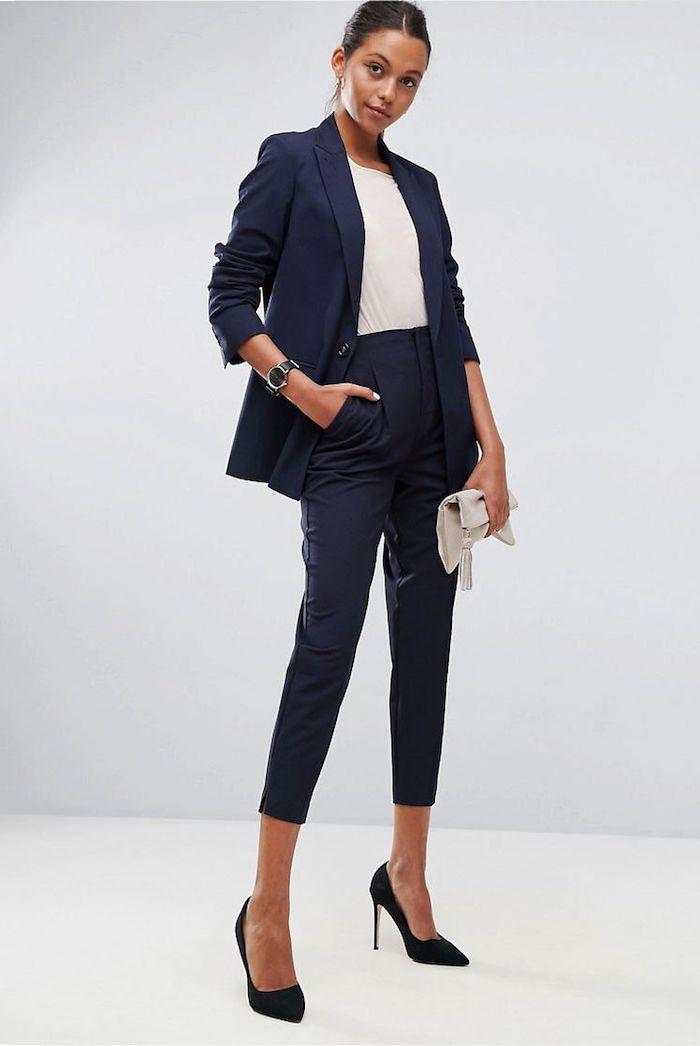 Être une femme bien habillée pour toute occasion spéciale comme le mariage tailleur bleu foncé