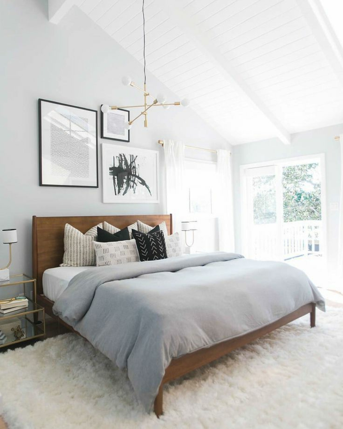 jolie deco chambre blanche, tête de lit en bois, tapis moelleux blanc, lampe ampoules, murs blancs, couverture grise