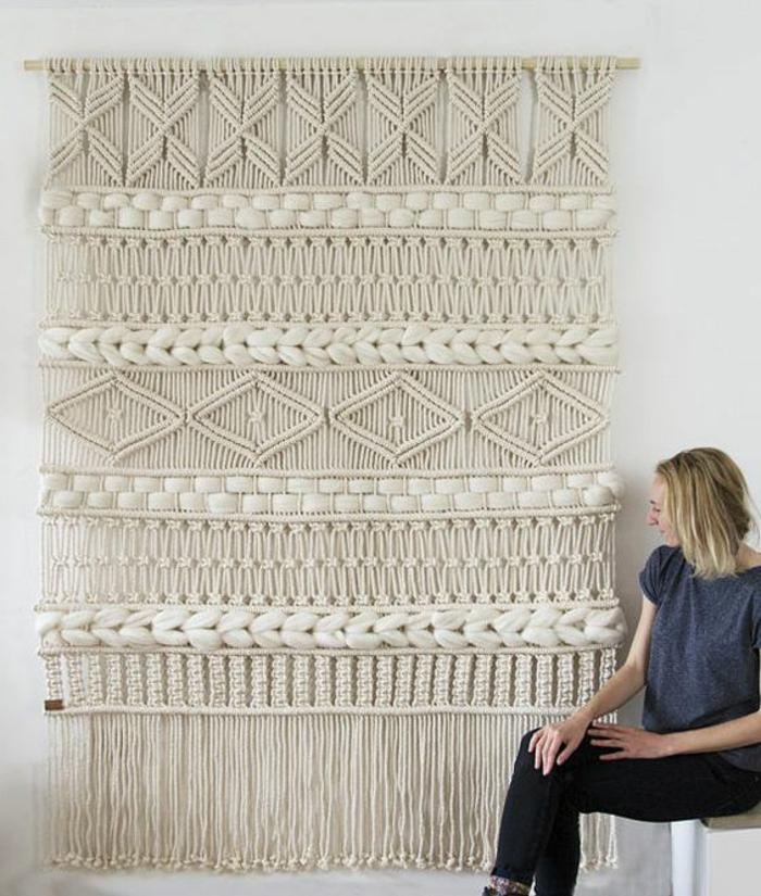 deco mural avec un macramé en beige avec des motifs différents, tapis mural, decoration murale design, éléments ethniques, déco style boho chic