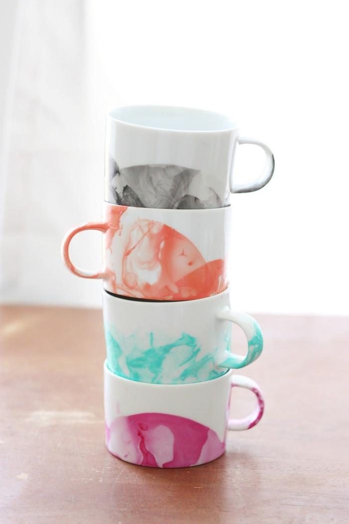 des tasses à café en céramique personnalisées avec du vernis à ongles pour leur donner un joli effet aquarelle, activite fete des meres