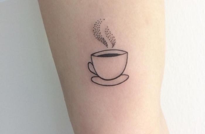 modèle de tattoo minimaliste à design tasse de café chaude, idée de mini dessin en encre sur la main pour homme et femme