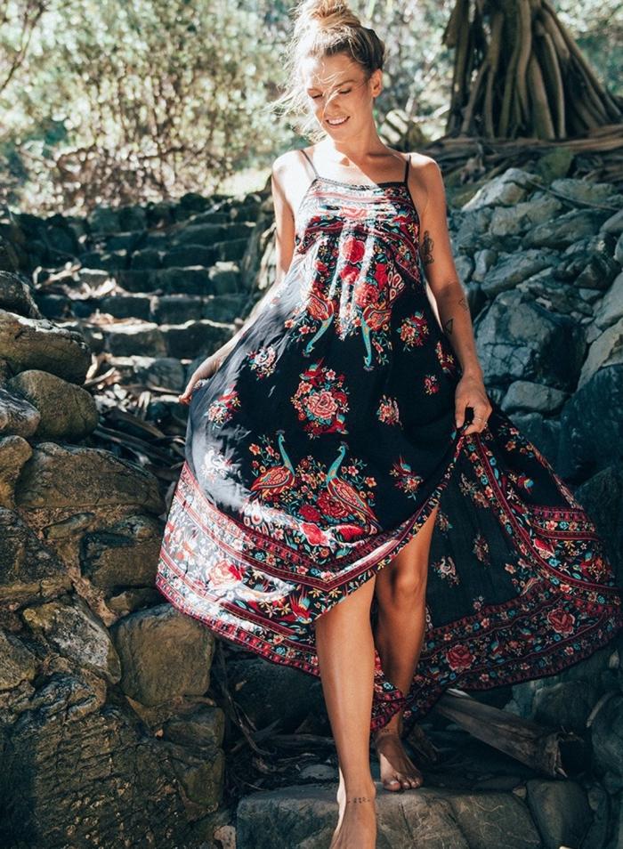 idée quelle coiffure pour plage, modèle de robe longue avec bretelle de couleur noire à décoration florale en rouge
