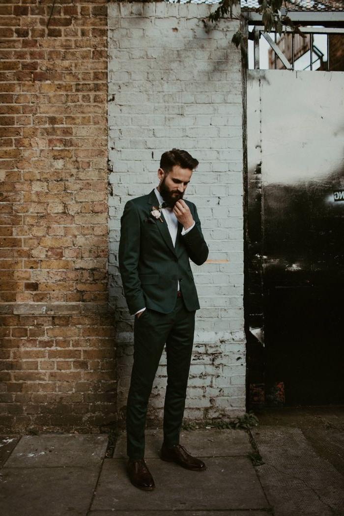 costard mariage vert foncé pour une tenue de mariage à la fois chic et moins formelle, qui se marie parfaitement avec les chaussures marron foncé