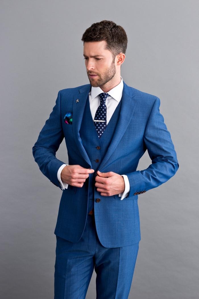 look élégant impeccable en costume mariage homme bleu royal avec un gilet parfaitement coupé, assorti avec des accessoires imprimés