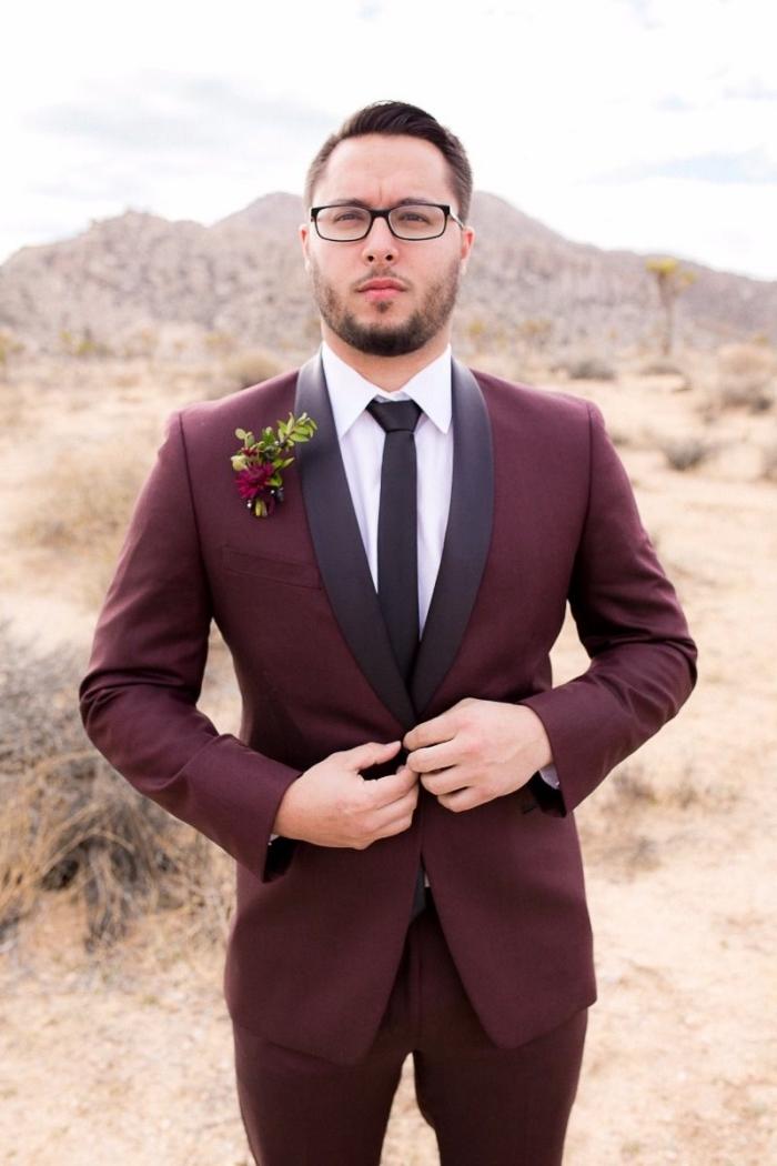 un costume bordeaux homme avec veste de marié à revers châle contrastant qui s'accorde avec la cravate slim noire