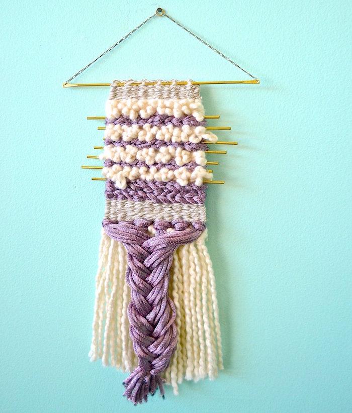 macramé en laine violet et blanc sur mur turquoise comme décoration