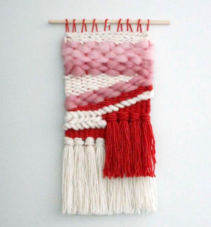 macramé rose et rouge et blanc en laine diy pour déco de salon