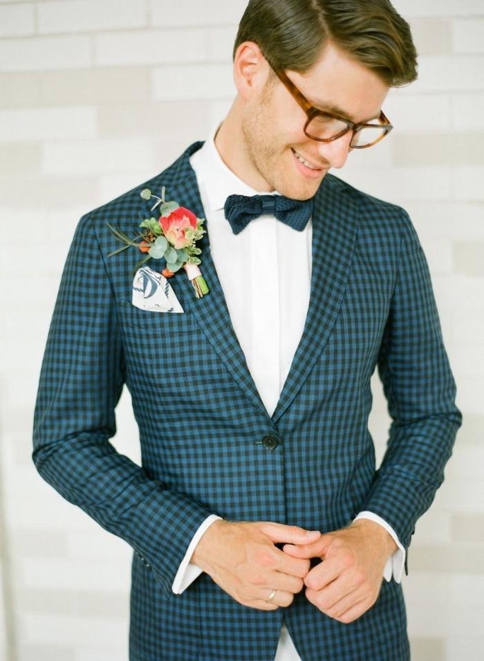 le costard mariage à motifs carreaux bleu canard assorti avec un noeud papillon de la même nuance et une chemise à gorge cachée