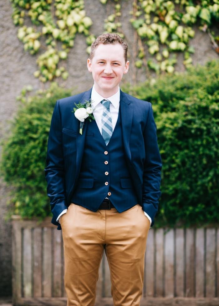 une tenue de mariage en costume dépareillé avec un haut plus formel et un pantalon chino de couleur, idée pour une tenue champetre homme qui est à la fois chic et décontracté