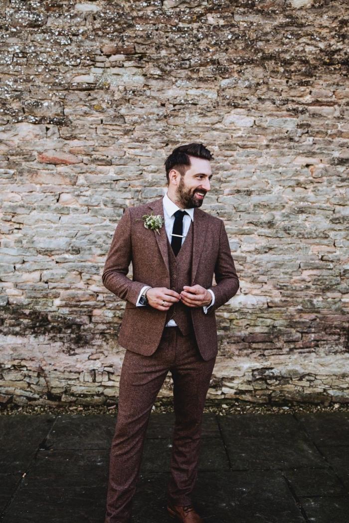 un costard mariage de tweed couleur marron au tombé parfait pour une silhouette vintage et masculine