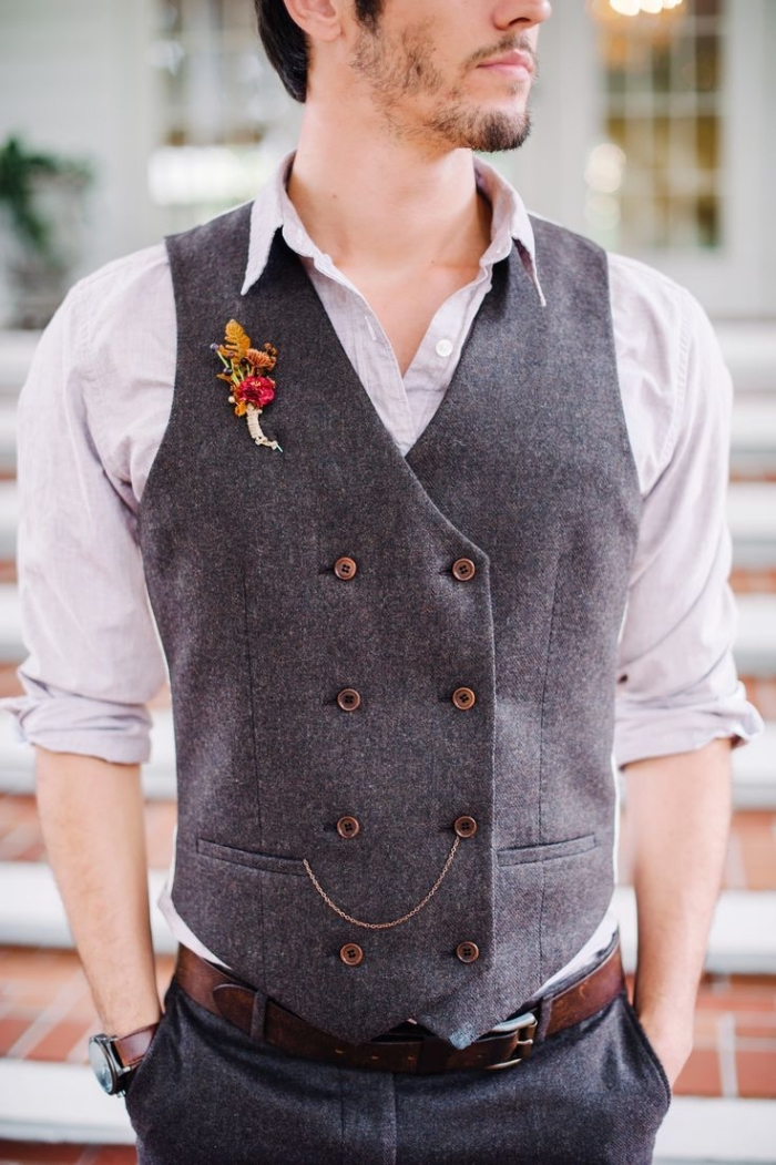 une tenue champetre homme de pantalon et gilet croisé en tweed gris associés à une chemise à manche retroussé et col déboutonné