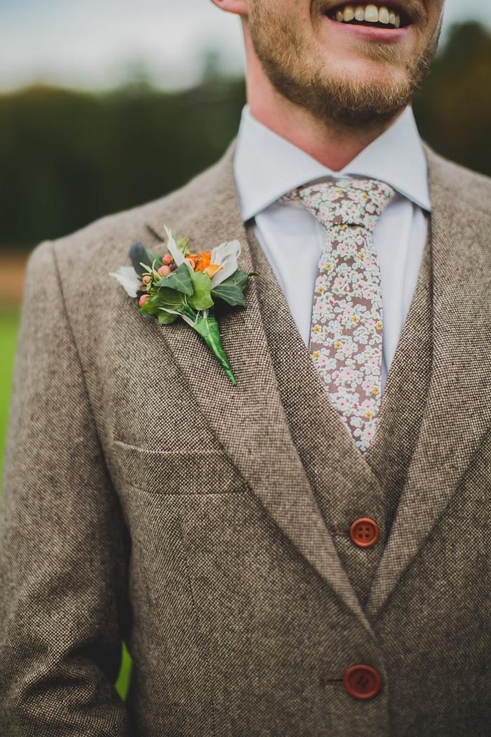 tenue champetre homme avec costume trois pièces en tweed aux boutons contrastant et à cravate vintage motif fleuri