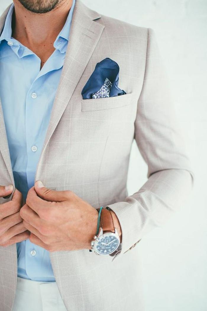 tenue classe homme, chemise bleu pastel, vetement homme marque, veste en blanc crème, mouchoir pochette en soie bleue et blanche, bracelet montre en cuir marron