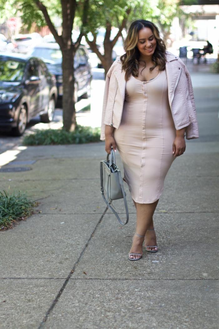 robe longue aux genoux, couleur rose nude, veste courte aux manches longues