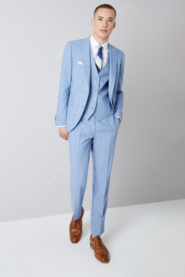 un costume mariage homme bleu pastel de trois pièces rehaussé d'une cravate bleu foncé à rayures