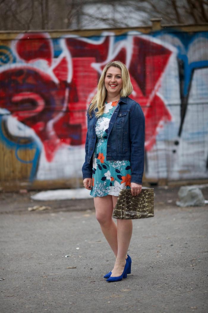 tenue de la femme stylée, robe bleue, veste denim, escarpins bleus, robe courte