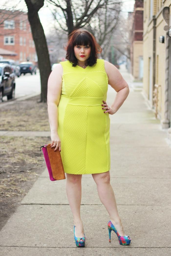 vetement grande taille couleur vert néon, sac à main bicolore, taille ajustée