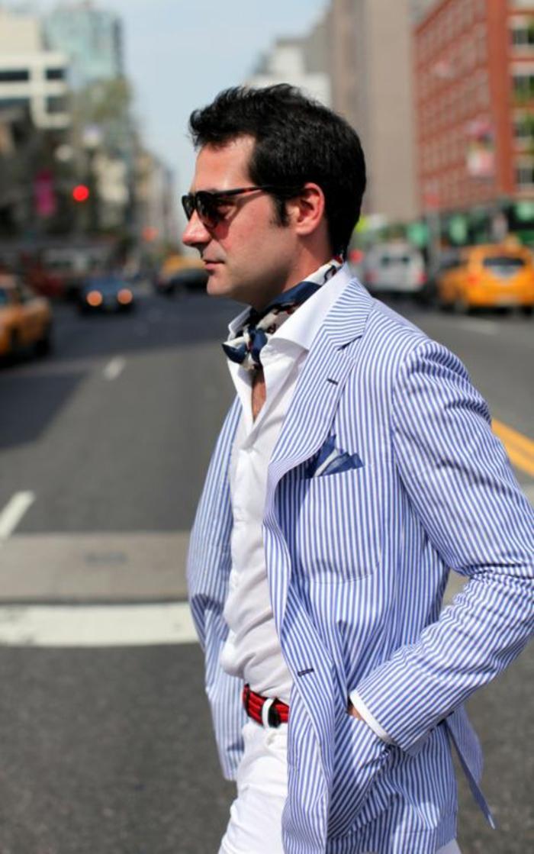 tenue classe homme, veste bleue a rayures blanches verticales, pantalon blanc avec ceinture rouge et noire, écharpe en soie bleu marine et blanche
