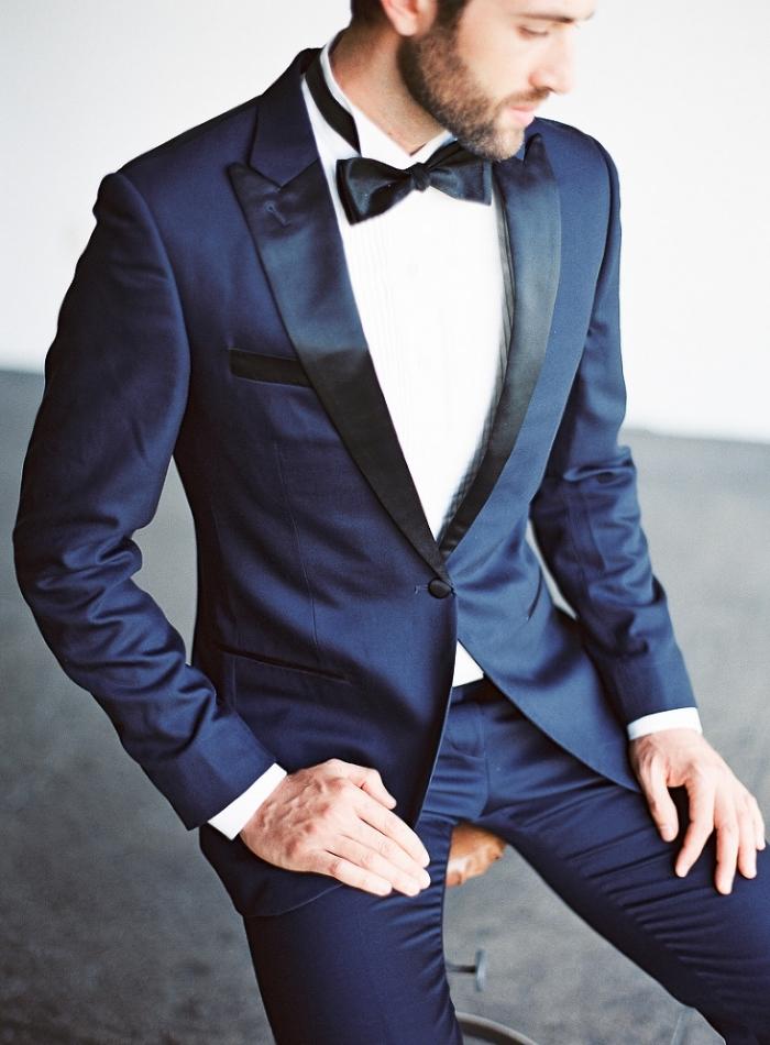 une tenue mariage homme d'une élégance intemporelle, un smoking de mariage bleu marine avec revers contrastés en satin noir