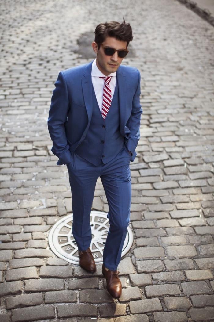 tenue mariage homme de costume couleur bleu indigo rehaussé par les souliers marrons et la cravate à rayures
