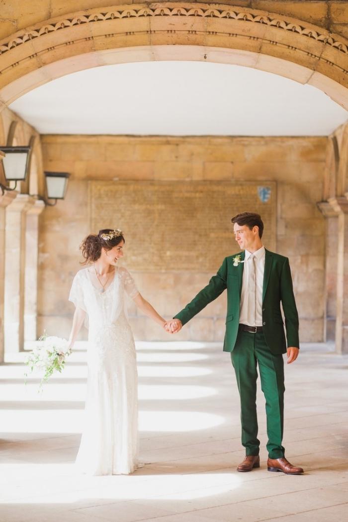 look chic très actuel en costard mariage vert émeraude associé à une chemise blanche et une cravate couleur ivoire