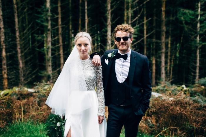 look atemporel en smoking de mariage avec noeud papillon noir et un gilet arrondi